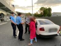 Copil de 11 ani prins la cerșit în parcarea unui supermarket, în timp ce familia îl supraveghea dintr-un bolid de lux