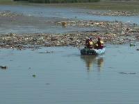 Cantitatea de gunoaie de pe lacul Bicaz a atins un nou record
