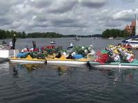 Scene inedite pe un lac din Lituania. Sute de artiști au cântat din hidrobiciclete