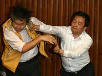 Lupte de senzație între membrii Parlamentului din Taiwan. Au împărțit pumni și au aruncat cu baloane cu apă. VIDEO