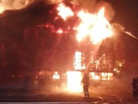 Incendiu puternic la o hală alimentară din Oradea. Tavanul s-a prăbușit