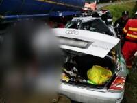 Audi transformat într-un morman de fiare după ce a fost lovit de un TIR, în pasul Tihuța. Un om a murit