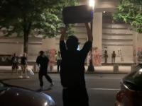 VIDEO. Un manifestant cu mâinile ridicate, împușcat în cap de un polițist. Explicația găsită de experți