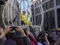 Motivul pentru care Vivienne Westwood s-a îmbrăcat în galben și s-a închis într-o colivie uriașă