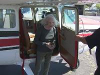 O bătrânică de 99 de ani din California a devenit cel mai în vârstă instructor și pilot din lume