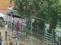 Momentul șocant în care 2 copii sunt aruncați în aer, după ce leagănul în care se aflau s-a rupt. VIDEO