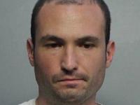 Un bărbat, arestat, după ce a încercat să împuște 2 persoane, mamă și fiu, pentru că nu respectau distanțarea socială