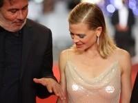 Actrița care a apărut la Festivalul de la Cannes într-o rochie complet transparentă și cu sânii la vedere