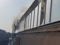 Un incendiu puternic a izbucnit într-un apartament situat la ultimul etaj al unui bloc din Capitală. FOTO