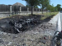 Două motociclete s-au ciocnit într-o curbă, iar una dintre ele a luat foc în urma impactului