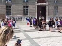 Proteste după restricțiile sanitare din Franța. Manifestanții i-au dat jos portretul lui Macron de pe perete