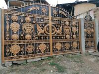 Cât a costat poarta Versace de la palatul lui Mercedes din Băcești