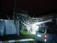 Imagini de coșmar în București după furtună: O antenă GSM a căzut peste o casă, copaci rupți, o schelă desprinsă de bloc