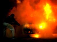 O limuzina arde ca o torta pe o strada din Sectorul 2