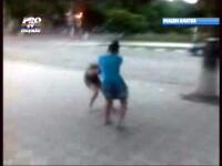 VIDEO. Bataie intre fete. O tanara este doborata cu lovituri de picior, apoi e dezbracata pe strada