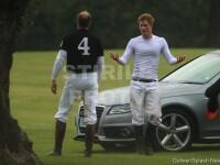 Printul Harry si-a innebunit admiratoarele la o cursa cu cai. Uite ce corp lucrat are