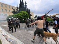 Grecia fierbe, FMI apasa capacul si mai tare. Atena, sub asediul protestelor