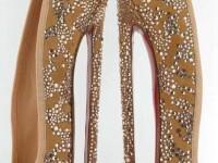 Nebunie in lumea modei. Pantofii Louboutin cu tocul de 20 de cm au isterizat femeile
