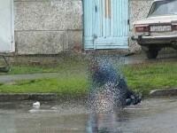 Imagini socante. Adolescent de 16 ani, snopit in bataie de 7 indivizi. Nimeni nu a sunat la politie