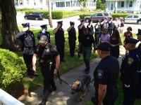 O imagine cat o mie de cuvinte: cainele, salutat spre moarte de o intreaga unitate de politie