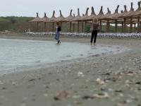 Prima zi de vara a venit cu vreme de toamna la malul marii. Mii de turisti si-au anulat rezervarile facute pentru weekend