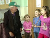Un tata sarac a mers pe jos 25 de km ca sa-si vada copiii aflati in grija statului. Gestul modest cu care i-a facut fericiti