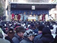 Pelerinaj la mormantul preotului pe care Biserica nu vrea sa-l canonizeze. 7.000 de oameni s-au rugat parintelui Arsenie Boca