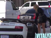Poti convinge o femeie sa se urce intr-un Lamborghini fara sa scoti niciun cuvant? Experiment pe strazile din Los Angeles