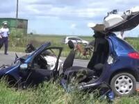 Doi oameni au murit, dupa ce au intrat cu masina sub rotile unui camion plin cu pietris. Soferul ar fi adormit la volan