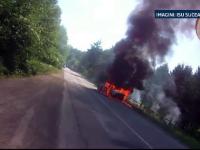 La un pas de dezastru: o masina a luat foc la marginea unei paduri. Interventia pompierilor a fost filmata