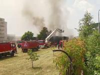 O hala cu gaze inflamabile sub presiune a luat foc la marginea Capitalei. Incendiul, stins de zeci de masini de pompieri
