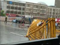 Momentul in care o macara de 30 de metri inaltime se prabuseste din cauza unei furtuni, in China VIDEO
