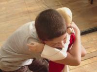 Terapie prin imbratisari. Demersul inedit al unei tinere in scolile din Romania, pentru a scapa copiii de timiditate