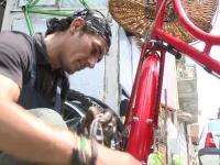Meseria care a renascut in Romania, tara in care sunt 6 milioane de biciclete. Cati bani castiga mecanicii care le repara