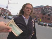 Un barbat ofera 10 dolari unor straini de pe strada si le cere un singur lucru. Ce a urmat e viral pe net