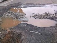 A vrut sa atraga atentia autoritatilor asupra gropii imense din asfalt. Ce a creat un artist vizual in mijlocul strazii