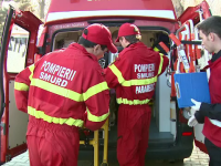 Ambulanta care transporta o pacienta de 15 ani, lovita in intersectie de un sofer neatent. Adolescenta a murit la spital