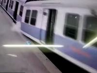 Momentul in care un tren din Mumbai deraiaza chiar la intrarea in statie. Pasagerii au sarit din vagoane de spaima: VIDEO