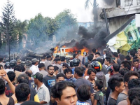 Un avion militar Hercules indonezian s-a prabusit in Sumatra intr-o zona locuita. Sunt cel putin 49 de morti. FOTO si VIDEO