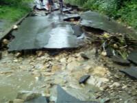 Inundatiile fac prapad in 7 judete: 2 oameni morti si sute de evacuati din calea viiturilor. Un sat e complet izolat de ape