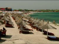 Tanarul care isi face petrecerea burlacilor pe plaja. Cazarea in Vama Veche este 100% ocupata in weekend-ul de Rusalii