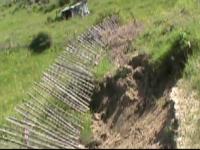 Alunecari de teren masive in judetul Buzau, dupa ploi. Doi batrani risca sa ramana fara adapost: casa e in pericol sa cada
