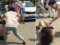 Cum a pedepsit-o aceasta femeie pe amanta sotului ei, in plina zi, pe strada. Incidentul violent a fost filmat.VIDEO