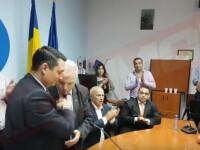 Consilier PSD, filmat in timp ce-i saruta mana noului sef al CJ Prahova.