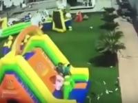 O fetita din Mexic lupta sa traiasca, dupa ce castelul gonflabil in care se juca a fost desprins de la sol. Video