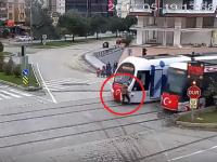 Momentul in care o femeie este lovita de un tramvai. Greseala comisa de victima inainte sa fie ranita. VIDEO