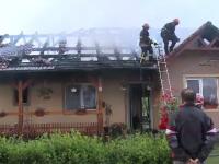 Casa din Arad distrusa de un incendiu provocat de un trasnet. Legea nu ii obliga pe romani sa-si monteze paratrasnet
