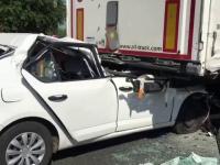 Un sofer care a intrat cu masina in TIR a fost transportat cu elicopterul SMURD la spital. Cine era in cabina autotrenului