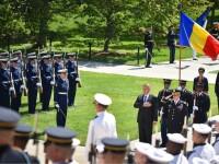Klaus Iohannis a depus o coroana de flori in Cimitirul Militar Arlington din Washington si s-a intalnit cu directorul CIA