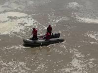 Alegătorii din mai multe localități merg la vot cu barca